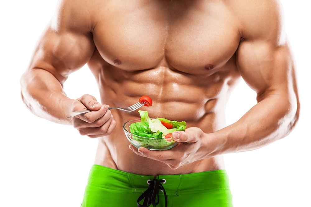 健康的な男性とサラダ